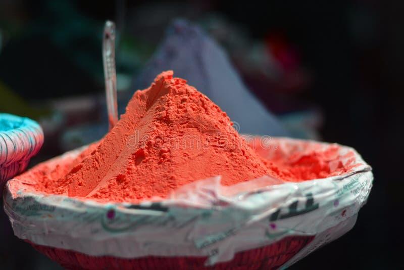 Les couleurs lumineuses des épices sur les marchés orientaux images stock