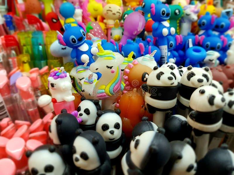 Les couleurs mignonnes de stylos de jouets étroitement tirent la pousse mobile photos libres de droits