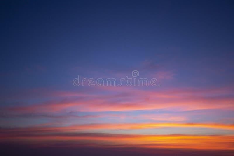 Les couleurs naturelles m?me le ciel pour briller le nouveau jour pour le ciel, la lumi?re du ciel du ciel est un myst?re, en atm images libres de droits