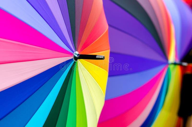 Les couleurs primaires jaunes pourpres de couleur de vert bleu de parapluie de fond de fond coloré coloré de tache floue colorent photos stock