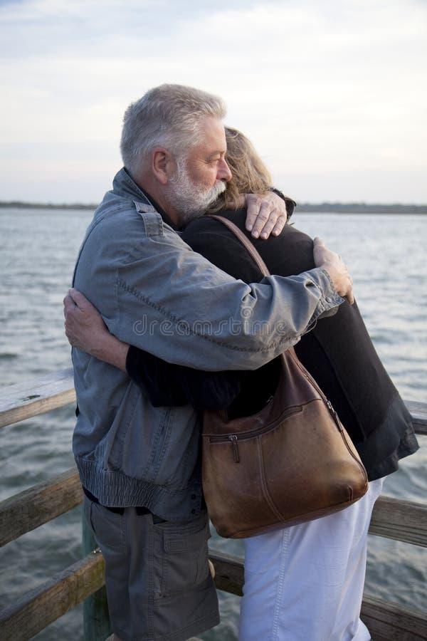 les couples âgés accouplent étreindre plus vieux moyen photographie stock libre de droits