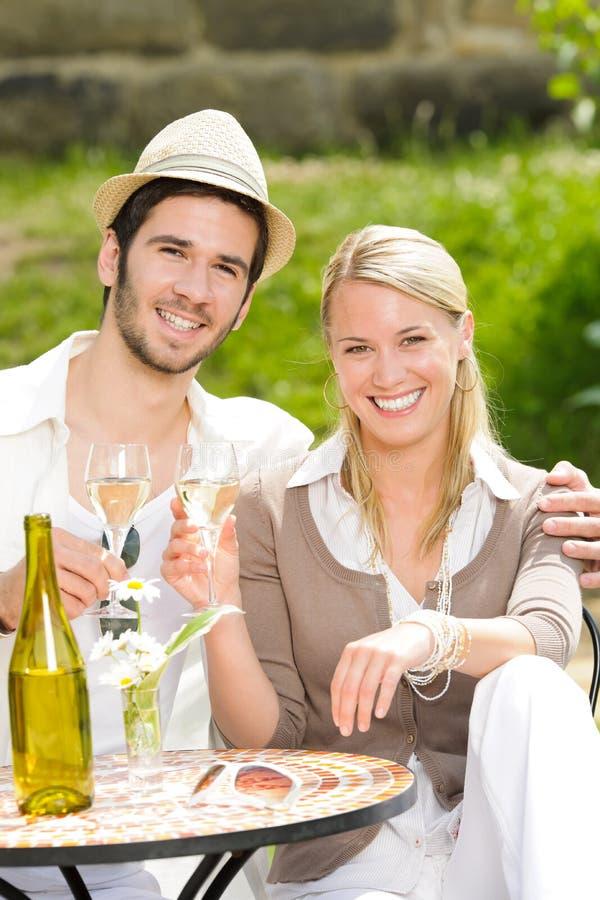 Les couples élégants de terrasse de restaurant célèbrent images stock