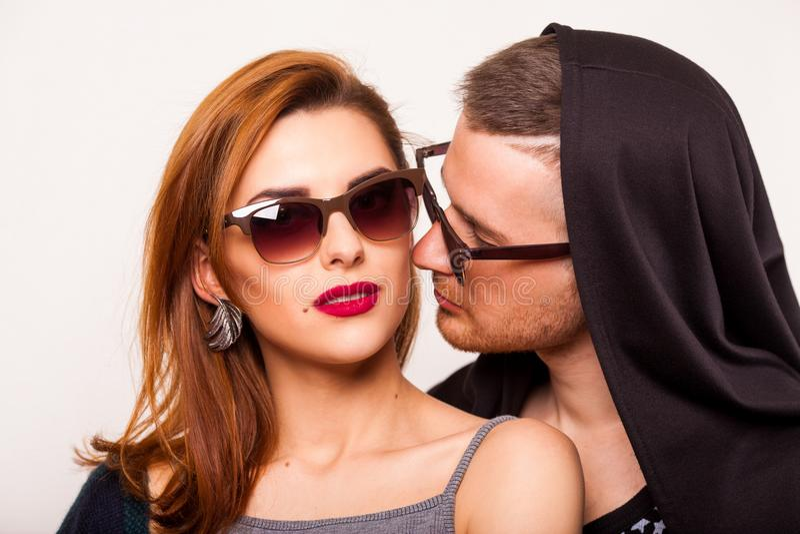 Les couples émotifs de mode se donnent des fleurs sur le ` s de Valentine photo stock