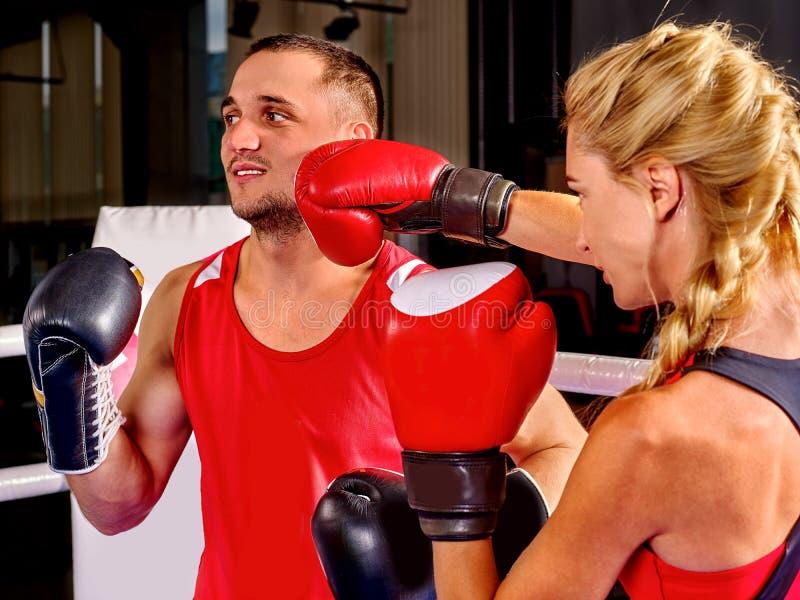 Les couples équipent et la boxe de femme en anneau photos stock