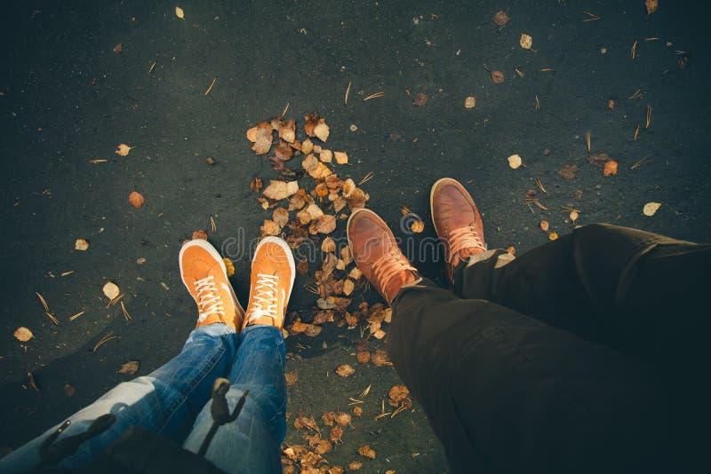 Les couples équipent et les pieds de femme dans extérieur romantique d'amour image libre de droits