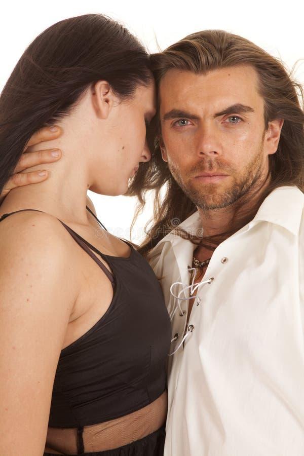 Les couples équipent regarder la main sur le cou de la femme photos libres de droits