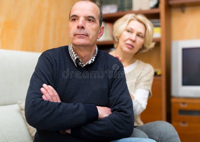 Les couples étant réconciliés après discutent photos stock