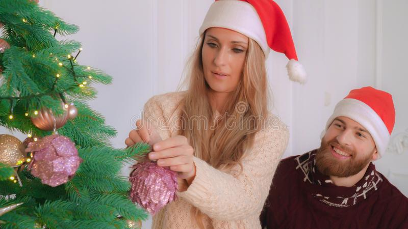 Les couples adultes dans l'amour se préparant à la nouvelle année font la fête photos stock