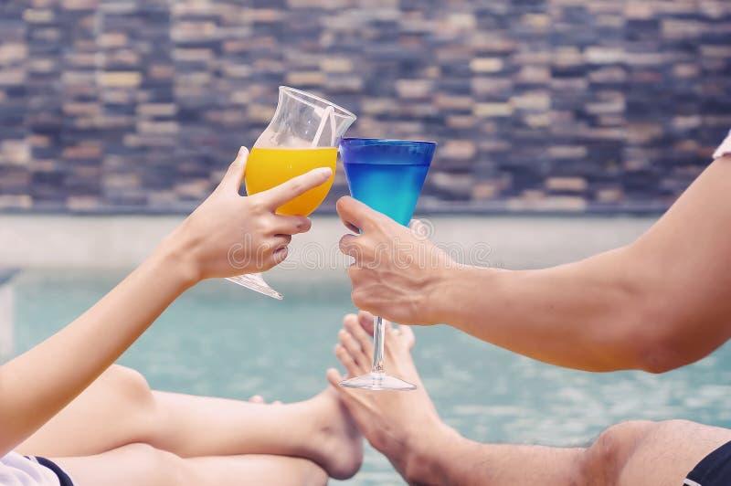 Les couples apprécient avec le cocktail photo libre de droits