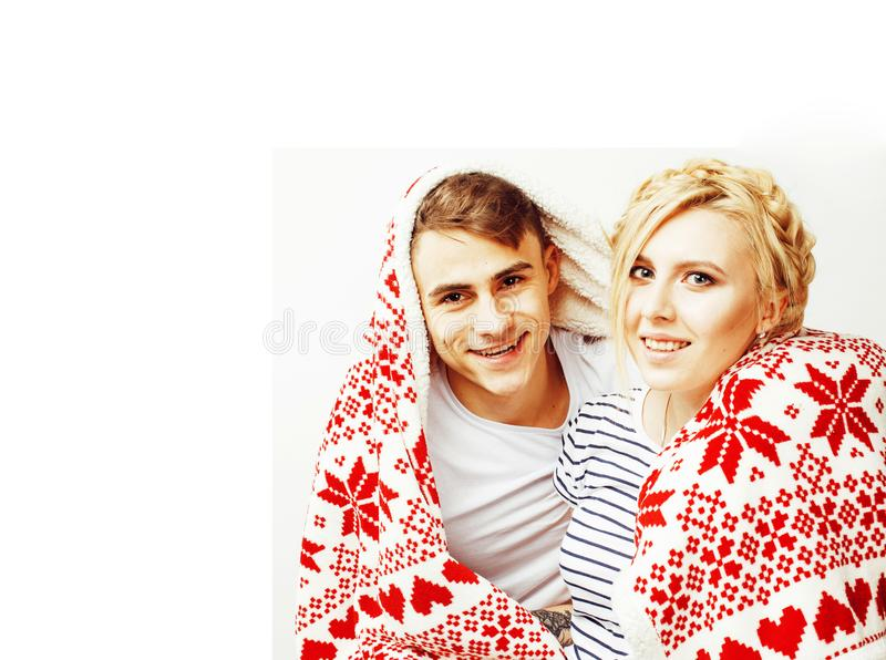 Les couples assez adolescents de jeunes à Noël chronomètrent le chauffage en décembre rouge photos stock