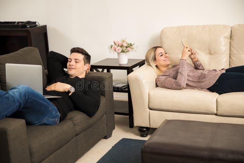 les couples autoguident les jeunes de détente photos stock