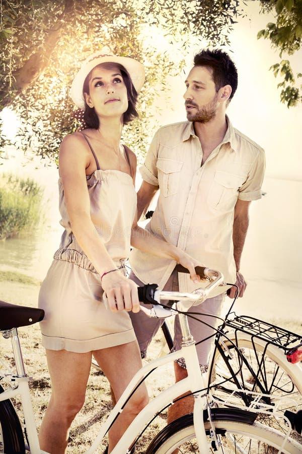 Les couples ayant des bicyclettes montent dans la nature photographie stock libre de droits