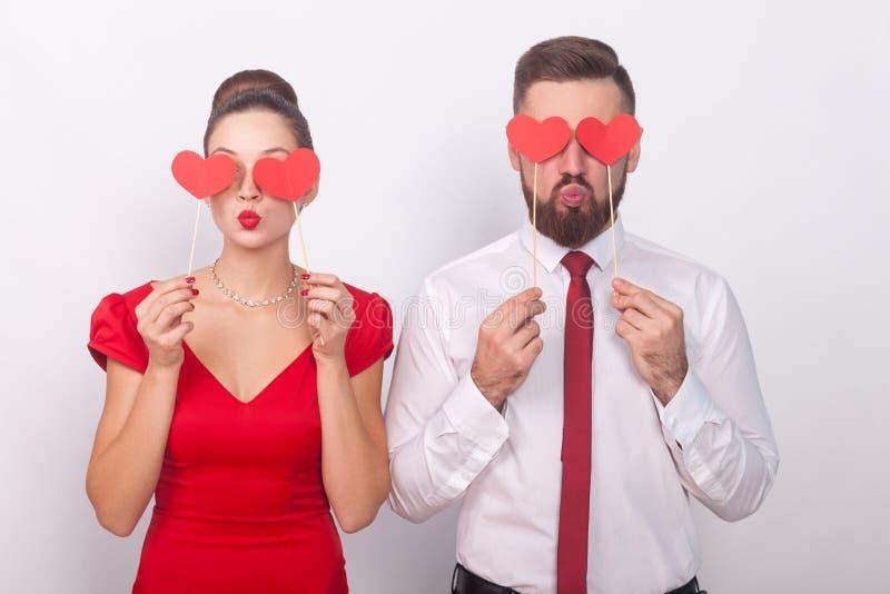 Les couples beaux tenant le signe décoratif aiment, symbole de coeur images libres de droits