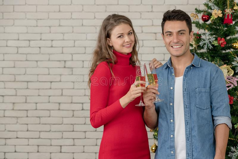 Les couples caucasiens célèbrent leur Noël ensemble, boisson image stock