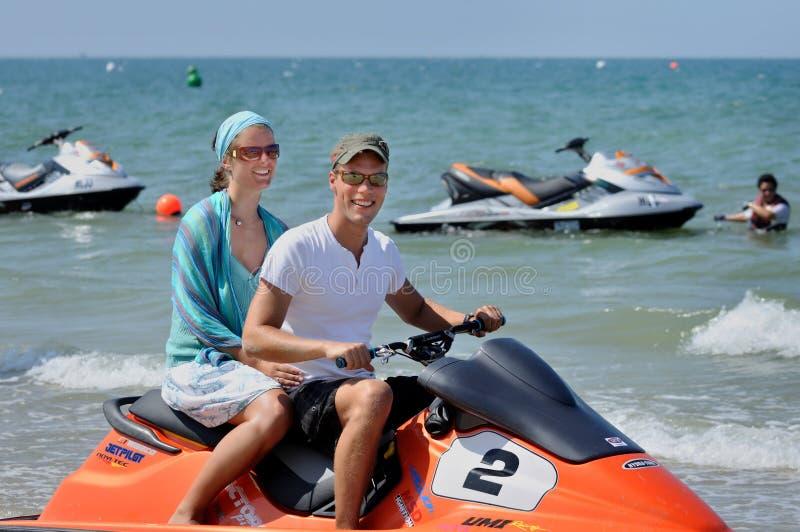 Les couples caucasiens européens visitent la plage de touristes de point chaud de Terengganu photographie stock