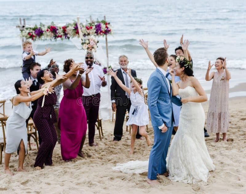Les couples caucasiens se marient sur la plage photo stock