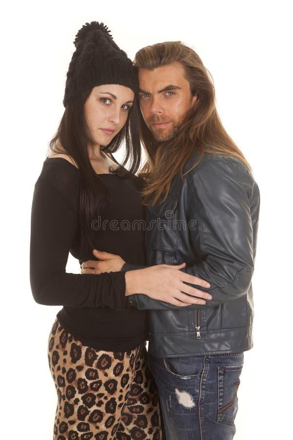 Les couples chauffent le regard d'étreinte de vêtements photo stock