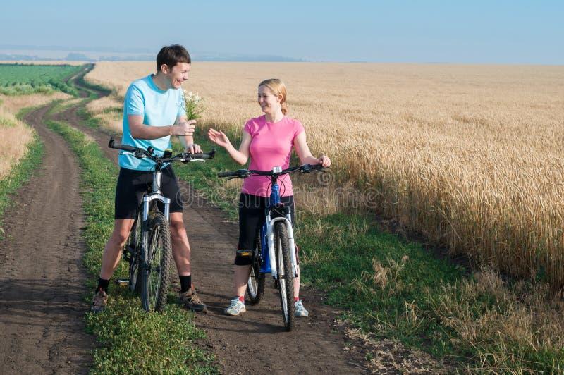 Les couples détendent faire du vélo images libres de droits