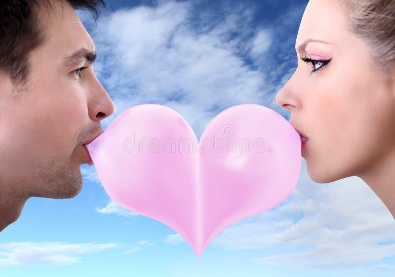 Les couples d'amants embrassent le Saint Valentin en forme de coeur avec le chewing-gum photos libres de droits