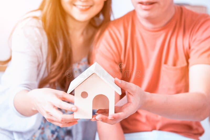 Les couples d'amour achètent une nouvelle maison images libres de droits