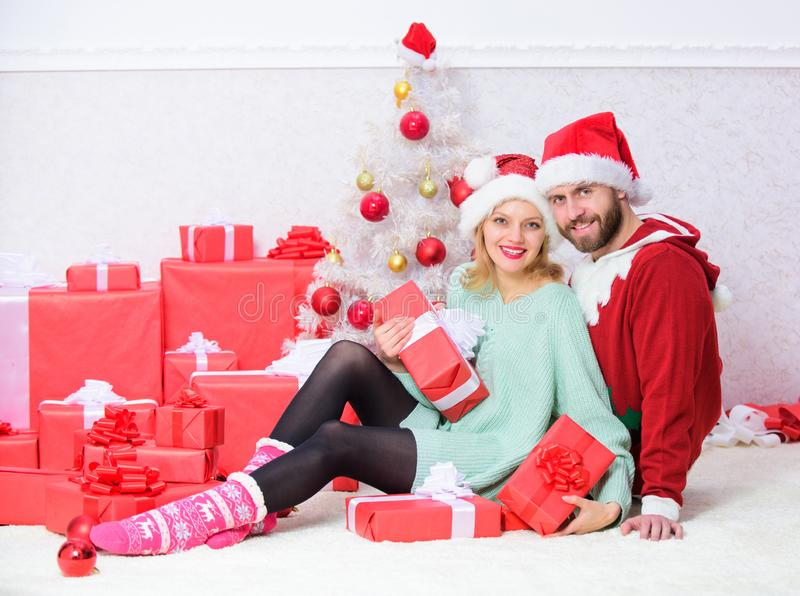 Les couples dans l'amour apprécient la célébration de vacances de Noël Célébrant Noël ensemble Tradition de Noël de famille aimer photos libres de droits
