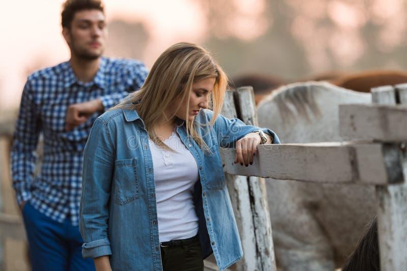 Les couples dans l'amour apprécient le jour dans la nature et les chevaux photos libres de droits