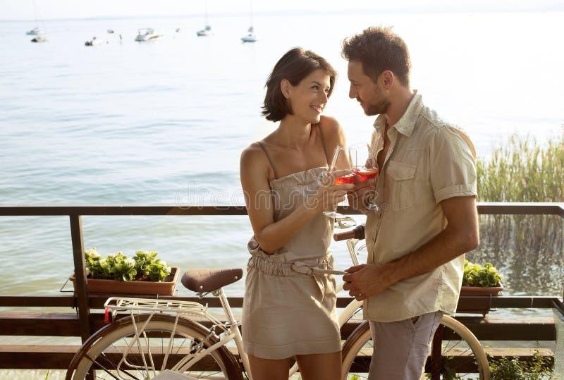 Les couples dans l'amour ayant spritz le temps avec la vue de lac garda images stock