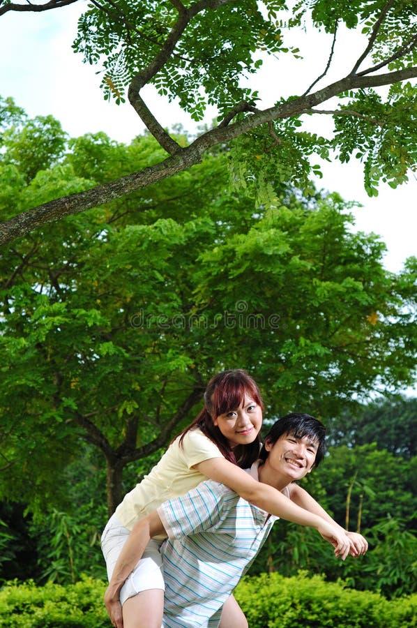 Les couples dans l'amour couvrent en fonction image stock