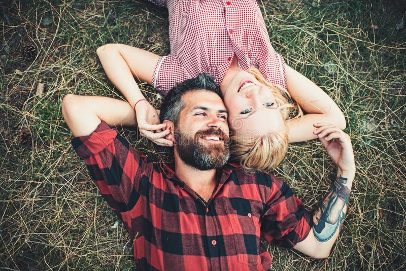 Les couples dans l'amour détendent sur l'herbe verte Les couples dans l'amour apprécient le jour d'été sur la nature image libre de droits