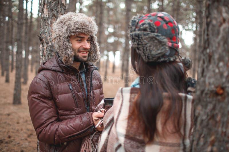 Les couples dans l'amour sont dans une forêt froide d'automne et regardent l'un l'autre photo libre de droits