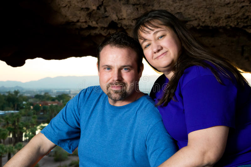 Les couples dans la roche donnent sur images stock