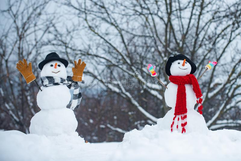 Les couples de bonhomme de neige dans l'amour ont No?l d'amusement ou la nouvelle ann?e Confiance dans l'amour Appr?ciant le week images libres de droits