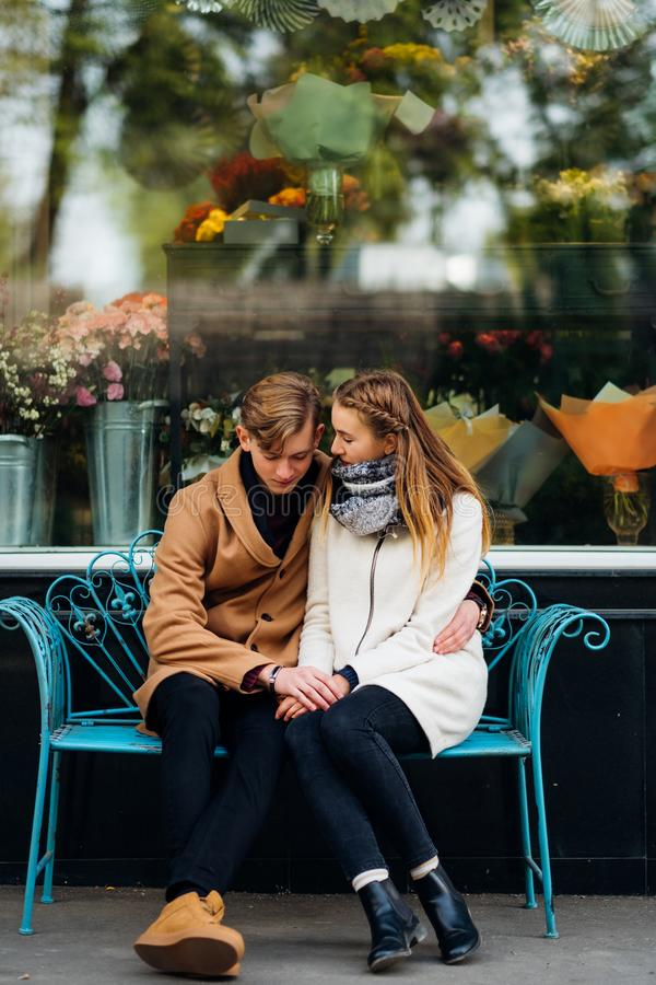 Les couples de l'adolescence datent l'amour pur des sentiments vrais romans images stock