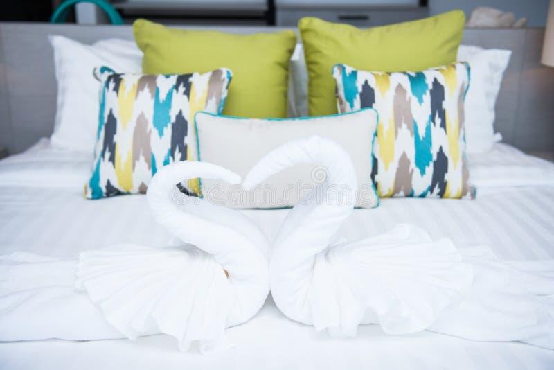 Les couples de la serviette de cygne pour décorent le lit photos libres de droits