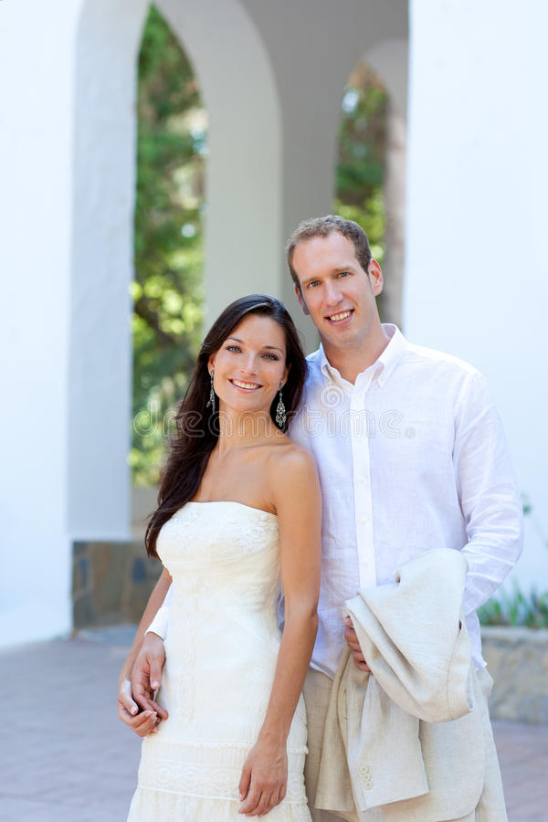 Les couples de mariée se sont juste mariés dans méditerranéen