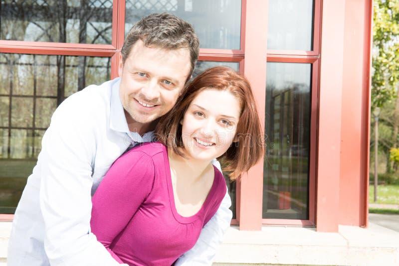 Les couples de sourire dans l'amour étreignent dehors dans le jour d'été images libres de droits