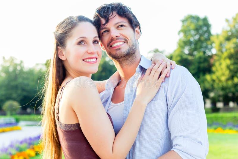 Les couples de touristes dans la ville garent étreindre dans l'amour image stock