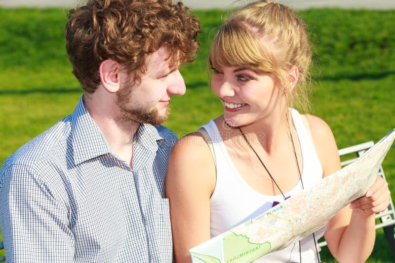 Les couples de touristes dans la ville ont lu la carte photographie stock libre de droits