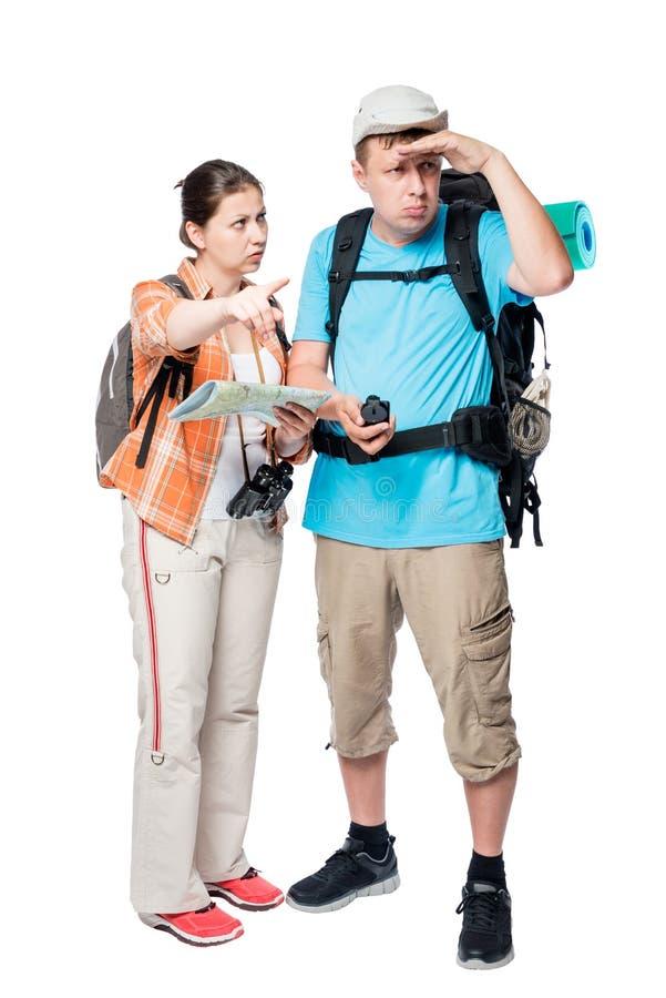 les couples de touristes sont perdus regardant la route il sur la carte image stock