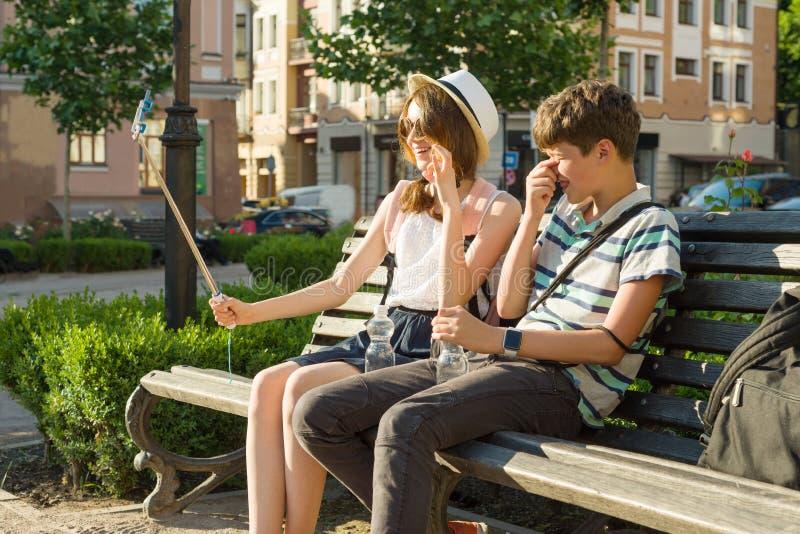 Les couples des ados ont l'amusement dans la ville, vacances d'été, éducation, concept adolescent photos stock