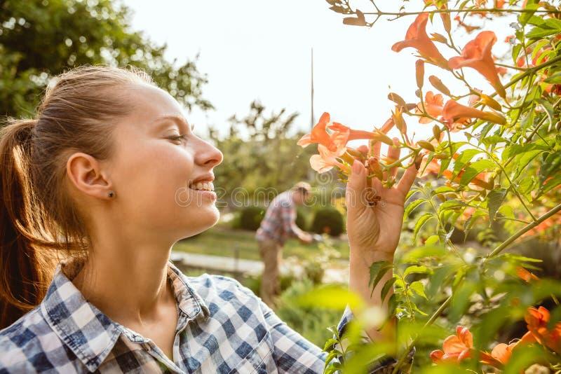Les couples du jeune et heureux agriculteur à leur jardin dans le jour ensoleillé photos libres de droits