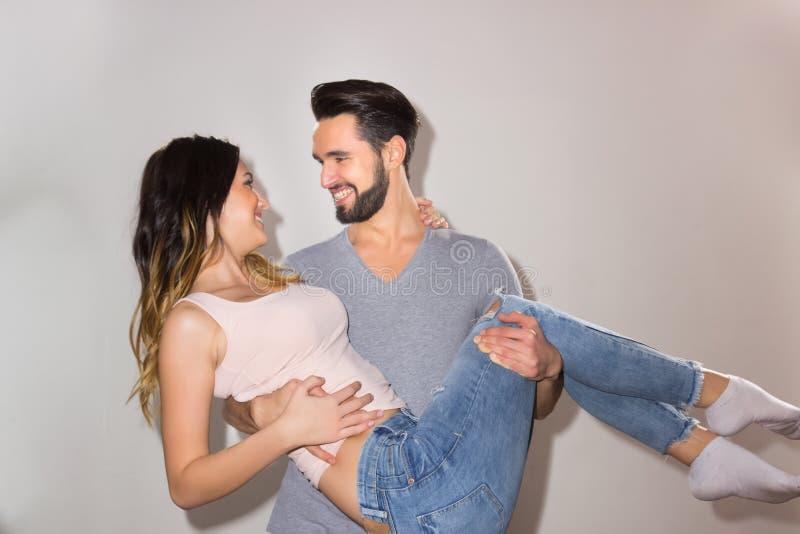 Les couples francs de portrait équipent tenir le sourire heureux de bras de femme photographie stock