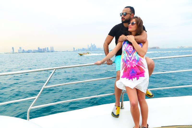 Les couples heureux apprécient le voyage de cruse au Golfe photos libres de droits