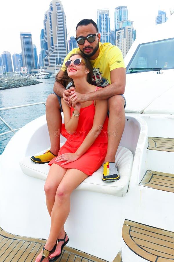 Les couples heureux apprécient le voyage de cruse au Golfe photo libre de droits