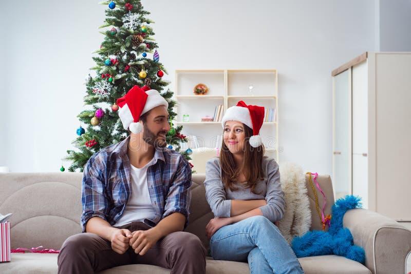 Les couples heureux célébrant des vacances de Noël photographie stock