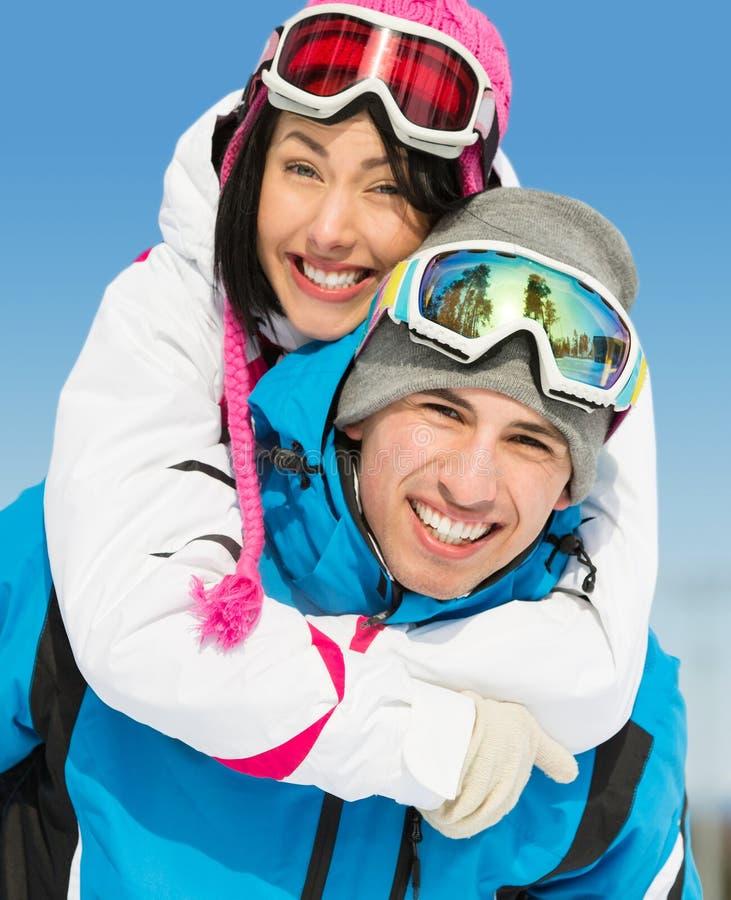 Les couples heureux des skieurs de montagne ont l'amusement photo libre de droits