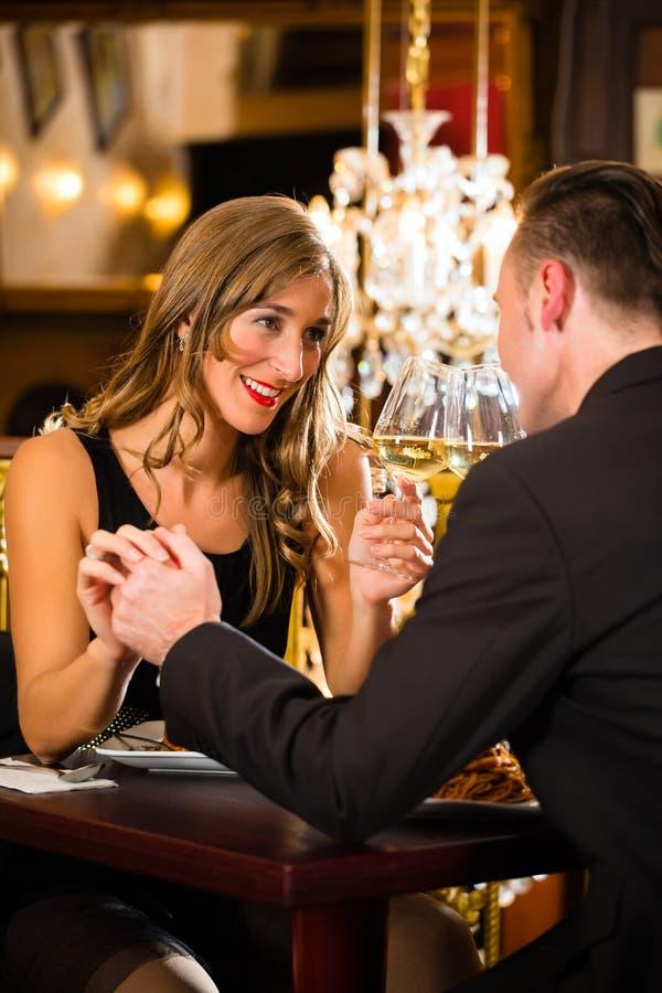 Les couples heureux ont une date romantique dans le restaurant photos stock