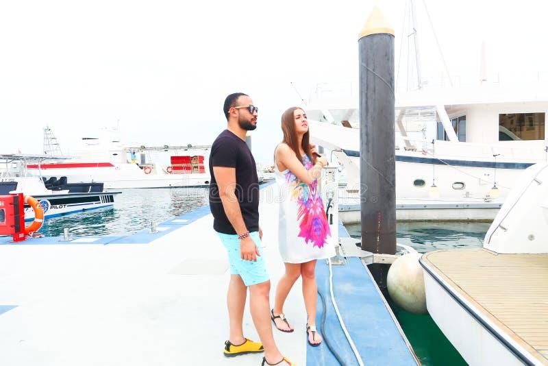 Les couples heureux vont au voyage de cruse image libre de droits