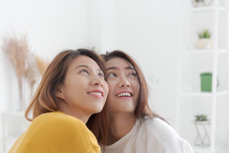 Les couples lesbiens sont souriants et regardants, des couples de wom homosexuel photo libre de droits