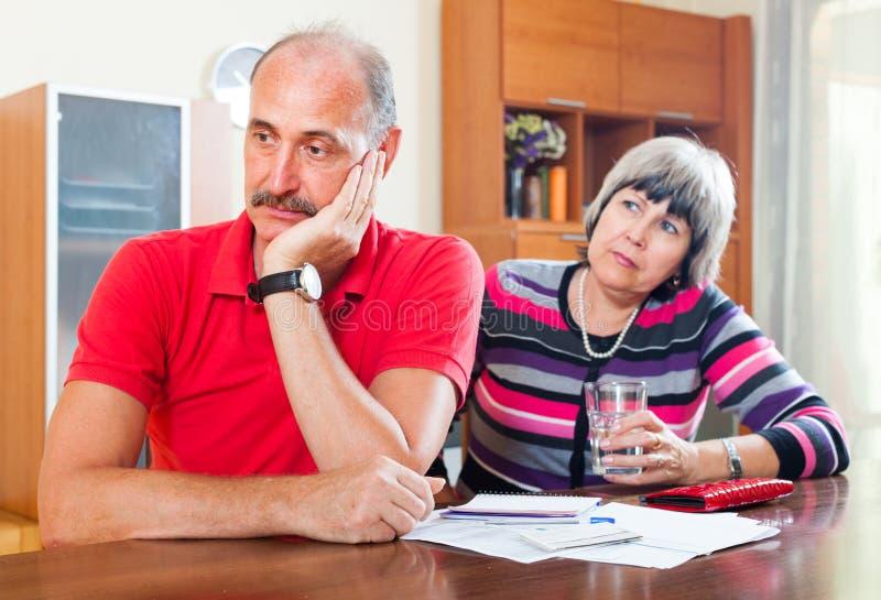 Les couples mûrs n'ont pas eu l'argent pour rembourser le prêt images stock
